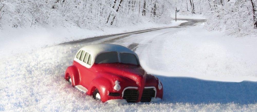 Автомобиль зимой без знака Шипы