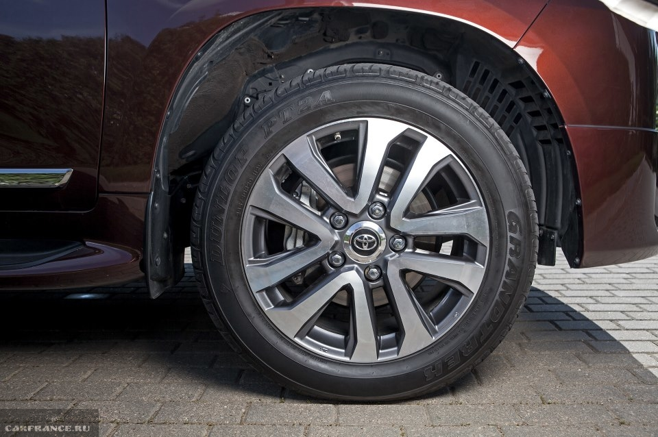 20-дюймовый диск на переднем колесе внедорожника Тойота Ленд Крузер 200 2019 модельного года