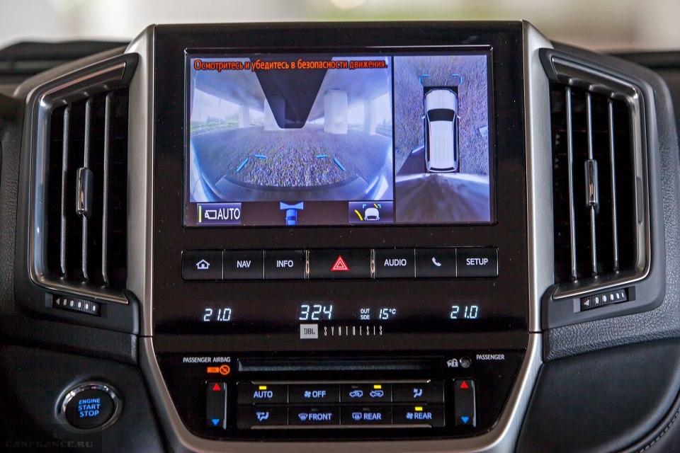 Центральный дисплей в режиме парковки в салоне Тойота Ленд Крузер 200 в новом кузове