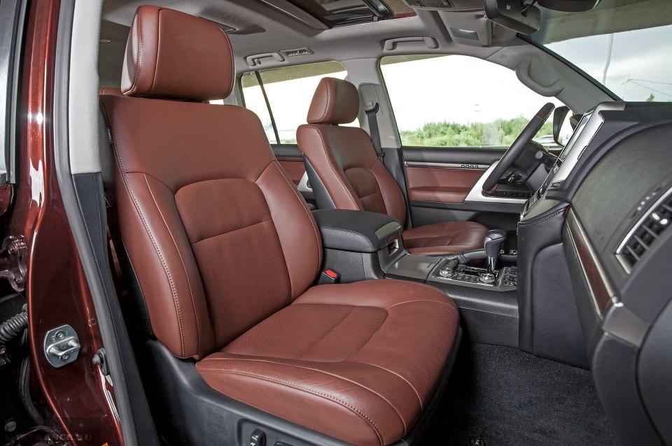 Кожаная обивка передних сидений в Тойота Ленд Крузер 200 2019 модельного года