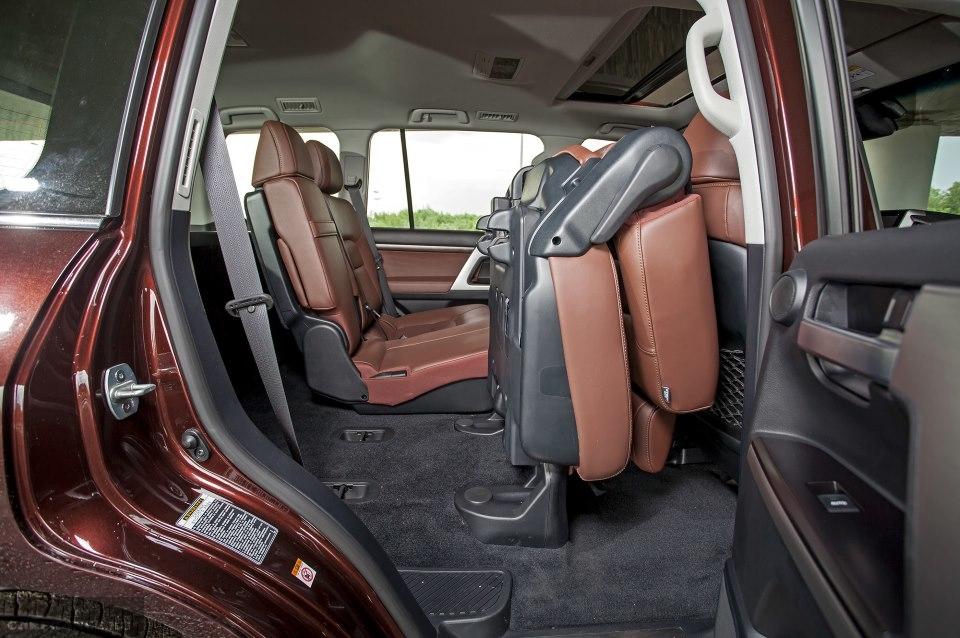 Сидение среднего ряда в сложенном состоянии в Тойота Ленд Крузер 200 2019 модельного года