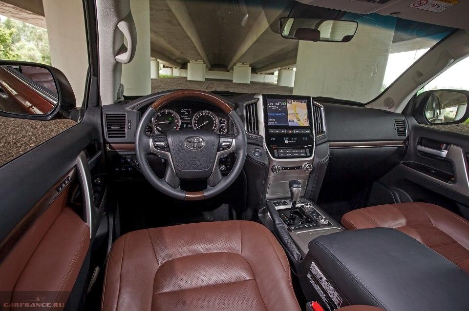 Рулевое колесо и органы управления внутри салона Тойота Ленд Крузер 200 2019 года